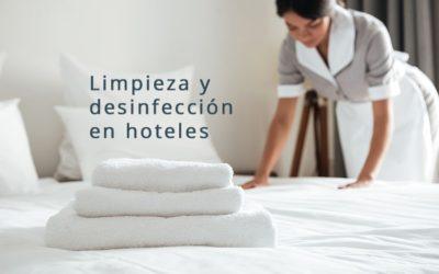 Limpieza de una habitación de hotel en el periodo post coronavirus