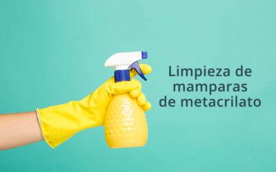 Proceso de limpieza de mamparas de metacrilato